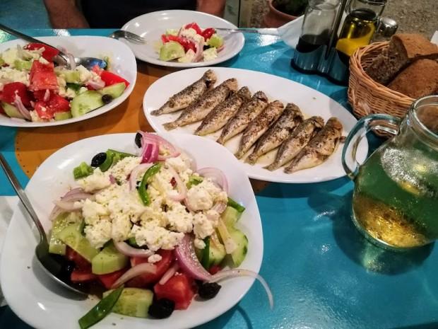 Рибка и гръцка салата с кипърско сирене мизитра