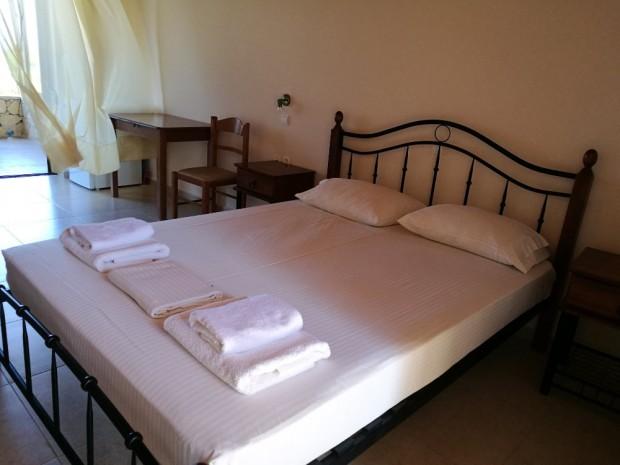 """Удобното легло в стаята ни до таверна """"София"""" на остров Гавдос"""