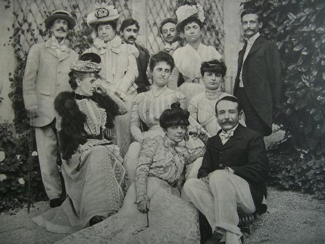 Графиня Анна със сестра си и брат си и с аристократи и интелектуалци, сред които и Марсел Пруст